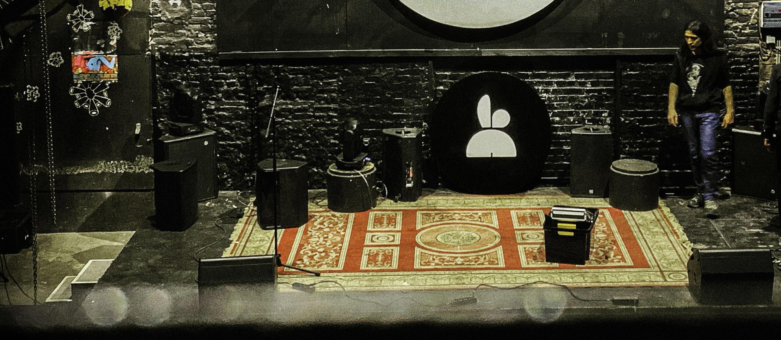 indoor-concert-scene-lapinoalbino